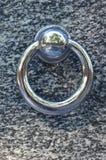 在公墓坟墓的金属圆环  在花岗岩坟茔盖子的生锈的铁把柄 19世纪古色古香的公墓在Lvi 库存图片