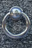 在公墓坟墓的金属圆环  在花岗岩坟茔盖子的生锈的铁把柄 19世纪古色古香的公墓在Lvi 库存照片