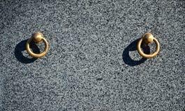 在公墓坟墓的金属圆环  在花岗岩坟茔盖子的生锈的铁把柄 19世纪古色古香的公墓在Lvi 免版税库存照片