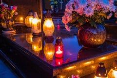 在公墓的五颜六色的蜡烛 库存图片