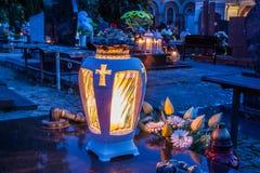 在公墓的五颜六色的蜡烛 免版税图库摄影