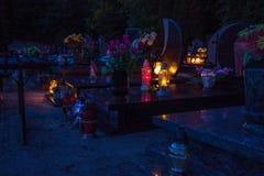 在公墓的五颜六色的蜡烛 库存照片