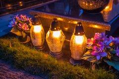 在公墓的五颜六色的蜡烛 免版税库存图片