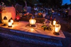 在公墓的五颜六色的蜡烛 免版税库存照片