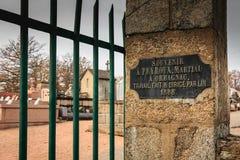 在公墓的入口的纪念勋章 库存图片
