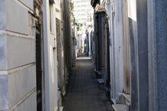在公墓的狭窄的段落在雷科莱塔 免版税库存图片
