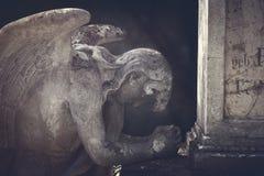 在公墓的祈祷的天使雕象 免版税库存照片