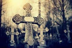 在公墓的老坟墓十字架 免版税图库摄影