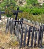 在公墓的装饰,但是老篱芭 免版税库存照片
