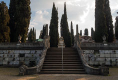 在公墓纪念碑Piratello的赛普里斯大道 免版税库存照片