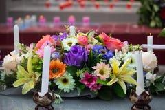 在公墓,宗教用水泥涂与花的墓碑 免版税库存照片