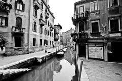 在公寓之间的威尼斯运河 免版税库存图片