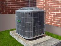 在公寓住宅区之外的空调装置 库存图片