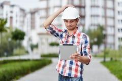 在公寓前面的年轻建筑师 免版税库存照片