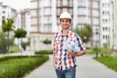在公寓前面的年轻建筑师 免版税库存图片