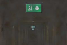 在公寓发烟性走廊的太平门光  图库摄影