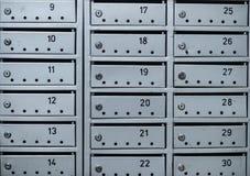 在公寓墙壁上的灰色邮件箱子  免版税图库摄影