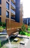 在公寓居民住房现代建筑复合体的喷泉  免版税库存照片