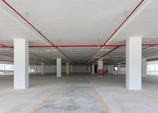 在公寓或busine的空的地下停车库内部 免版税库存图片