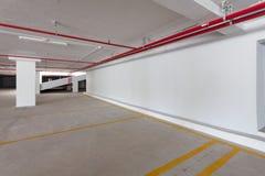 在公寓或busine的空的地下停车库内部 免版税库存照片
