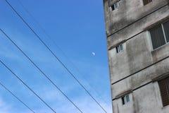 在公寓旁边的月亮 免版税库存照片