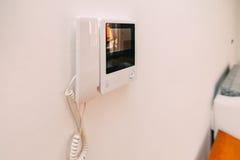在公寓的对讲机 垂悬在墙壁上的对讲机 Interco 库存图片
