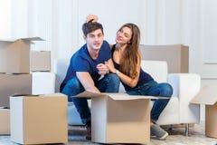 在公寓的搬到一个新房和修理 耦合爱 免版税库存照片