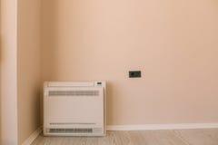 在公寓的方形的空调器 在地板上,分裂sys 免版税库存图片
