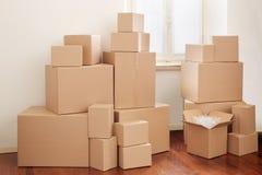 在公寓的纸板箱 免版税库存图片