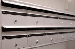 在公寓的Mailboxs 免版税图库摄影