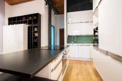 在公寓里面的小厨房区域 免版税库存图片