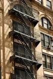 在公寓,曼哈顿的外部金属防火梯 库存图片
