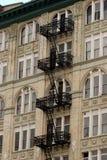 在公寓,曼哈顿的黑加工的ironl防火梯 库存照片