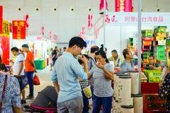 在公平台湾的食物,两个人品尝从台湾的茶 免版税库存照片