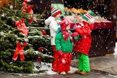 在公平的圣诞节的孩子 孩子在Xmas市场上 库存照片