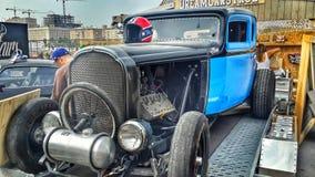 在公平的汽车展示会的蓝色汽车 免版税图库摄影