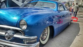 在公平的汽车展示会的蓝色汽车 免版税库存照片