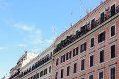 在公开公寓的许多电视天线在罗马意大利 免版税库存照片