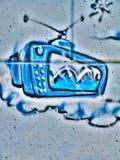 在公开墙壁云彩广告CRT电视天线广播Novi哀伤的塞尔维亚08的街道街道画 14 2010年 库存照片