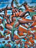 在公开墙壁摘要形状和链子的街道街道画 Novi哀伤的塞尔维亚08 14 2010年 免版税库存照片