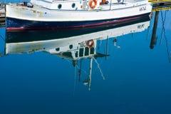 在公开小游艇船坞的渔船反射 免版税图库摄影