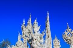 在公开白色寺庙里面的雕象 图库摄影