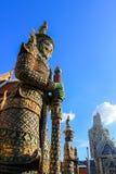 在公开皇家寺庙里面的妖怪雕象 免版税图库摄影