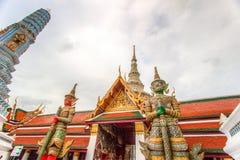 在公开皇家寺庙里面的妖怪雕象 免版税库存图片
