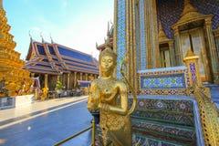 在公开皇家寺庙里面的金黄雕象 免版税库存照片