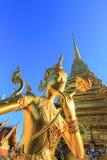 在公开皇家寺庙里面的金黄雕象 库存图片
