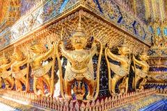 在公开皇家寺庙里面的金黄雕象 库存照片