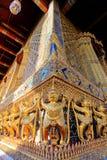 在公开皇家寺庙里面的金黄雕象 图库摄影