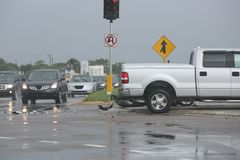 在公开街道上的交通事故 免版税库存图片