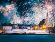 在公开轮渡和伊斯坦布尔上老区的美丽的烟花  免版税库存图片